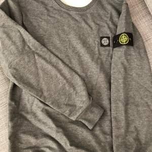 Stone Island sweatshirt i storlek L. Har blivit informerad om att det är en fake. Därav priset! Är öppen för att pruta!