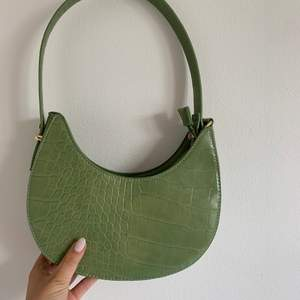 jättefin grön väska köpt på ASOS, endast använd 1 gång 💕💕 köpare står för frakt