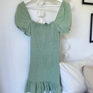 Jättefin klänning från stradivarius💚 endast använd 1 gång,  storlek XS-S. frakt tillkommer