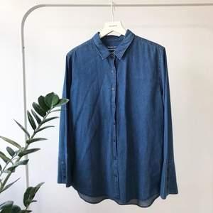 Denna skjortan är så snygg men har aldrig kommit till användning tyvärr. Fina vida ärmar, 100% bomull💗