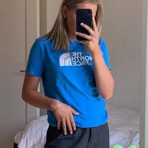 Nu säljer jag min blåa t-shirt från The North Face! Den är köpt på barnavdelningen på Junkyards hemsida, men passar mig som vanligtvis är en S! Jag har tyvärr inte använt den så mycket då den inte är min stil riktigt! Frakt tillkommer💙💙