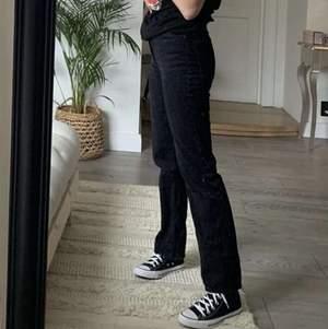 Super snygga svarta jeans från weekday, storlek 25/32