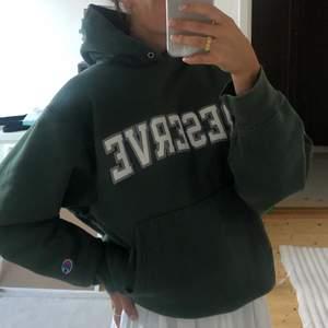 Säljer denna snygga gröna vintage hoodien som sitter oversized på mig som brukar ha S. Superfin men har inte kommit till användning