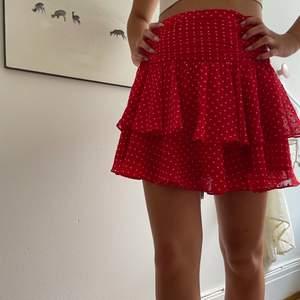 Såå söt kjol som jag älskar men tyvär vuxit ur. Röd med vita små prickar. Strl 34 bra skick. ❣️