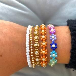 Handgjorda pärlade armband - den perfekta sommaraccesoaren! Går att beställa i de allra flesta färger  - tveka inte att höra av er!!💌tillverkade med elastisk tråd & passar därmed de allra flesta! Se priser nedan:                                                                                 Enkelt pärlat armband (på bild: vit, vit/guld): 40kr                                         Pärlat armband med blommor🌸 (på bild: oranget, blå&ljusblå): 90kr💘Mångfärgat/guldmönstrat armband: 99kr