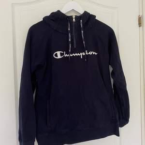 Fin mörkblå zip-hoodie från Champion. Står strl M, men skulle säga S! Pris=160kr (frakt ingår) 💙🏌🏽♂️