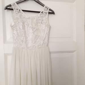 En vit klänning med spets detaljer för 600kr. Älskar denna och blir så ledsen över att behöva sälja. ): Perfekt till skolavslutning, studenten, midsommar eller bara en fin sommarklänning. Den är sparsamt använd och är som ny.