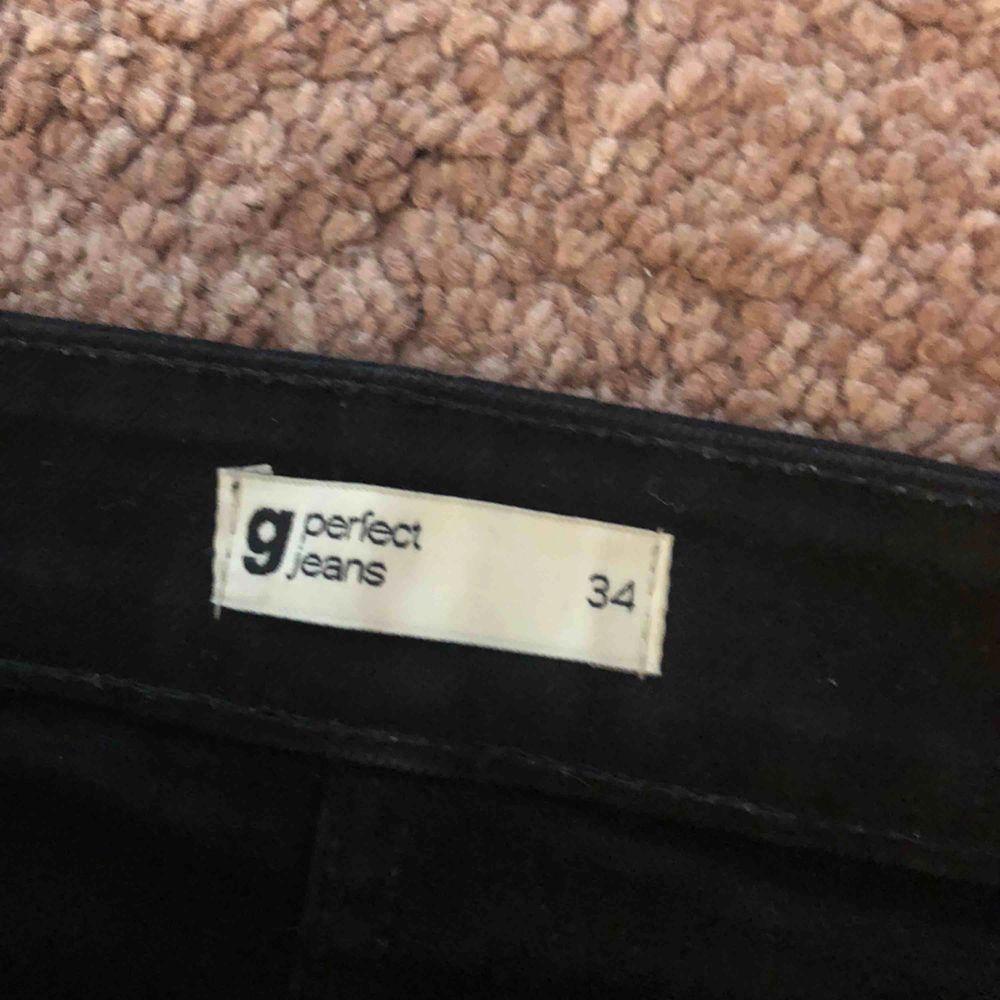 Svart jeanskjol med knappar, passar 32-36 stretchiga. . Kjolar.