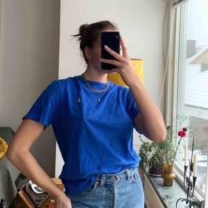 Vintage blå Ralph Lauren i stl L men blir snygg som en oversize t-shirt till en S