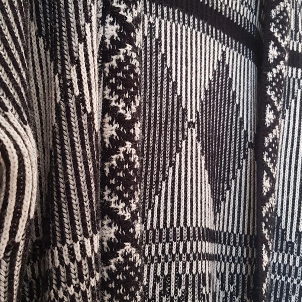Lång och mysig kofta från urban outfitters. Knappt använd! . Tröjor & Koftor.