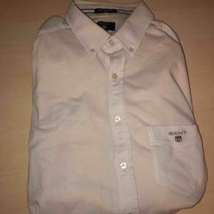 VÄLDIGT ljusrosa Gant skjorta i fint skick säljes. Givetvis äkta. Strl: L