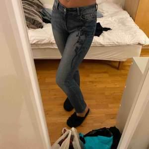 Söta jeans från Lindex, storlek 36 men passar mig som har 38-40💫