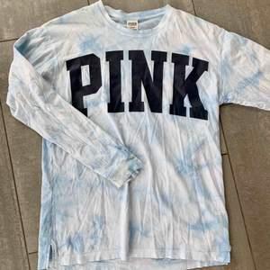 Långärmad tröja från Victorias Secret PINK, superskön i materialet, den är lite batikmönstrad i blå/vit! frakt tillkommer