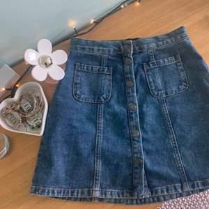 Gullig Jeans kjol med knappar och fickor fram från Urban Outfitters. Storlek XS men passar även S. Frakt tillkommer på priset. Kan mötas upp i Malmö💓💓💓