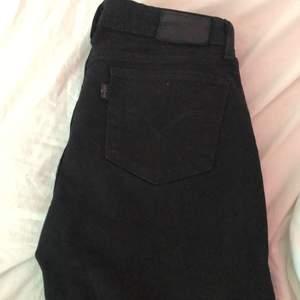 Levis jeans i modellen 715 vilket är en medelhög midja modell💕säljs pga att dom tyvärr vad förkorta så ifall någon har i längden 34 så byter jag gärna✨köparen står för frakt🌸