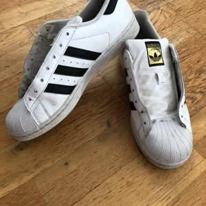 Adidas skor, storlek 41,1 (det är små i storleken) vita snören följer med💕 frakten är 66kr