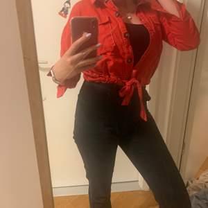 Skitcool röd skjorta som går att Stylea på många olika sätt. Den är från ett märke som heter Tallu Weijls i strl S. Röd röd färg med mörka knappar samt snörning längst ned. Fint skick. Pris exkl frakt