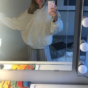 Supermysig grå sweater. Köpt ifrån ginatricot i vintras. Säljer pga använder ej. Frakten ingår ej i priset.