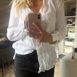 Vit skjorta aldrig använd för det är inte min stil💔 exklusive frakt ! Köpt för 400, frakt på 30 kr tillkommer
