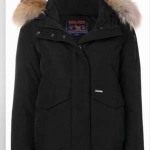 Säljer min woolrich jacka som både är för dam&herr.  Den är i nyskick och äkta!! Kan tänkas bytas mot en annan vinterjacka