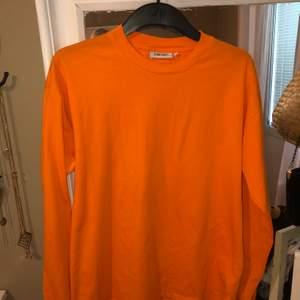 Långärmad tröja från junkyard i storlek S men sitter oversized. Min mobil gör skugga på tröjan så det är ingen fläck:) Frakt 63kr