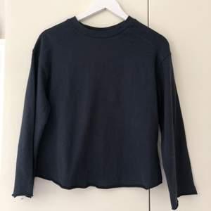 Tröja i ett jätteskönt tunnare sweatshirt-material, med vida ärmar. Köparen står för frakten.