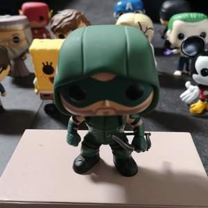 Denna Green Arrow POP FIGUR har legat i sin egen låda i kanske 2 år. Så gott som nyskick och jag har även andra pop figurer som är till salu. Info om frakt står även på min sida. Skriv privat om du har några frågor om Oliver💚