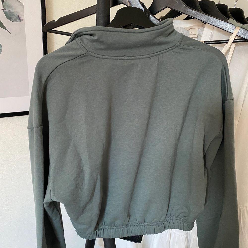 Super snygg grön tröja från bikbok med dragkedja på framsidan. I storlek XS men passar även S. Säljer för 140kr, frakt tillkommer . Huvtröjor & Träningströjor.