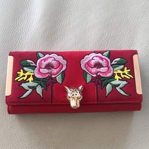 Oanvänd plånbok från river island med en vacker asiatisk design. Priset är inte bestämt.