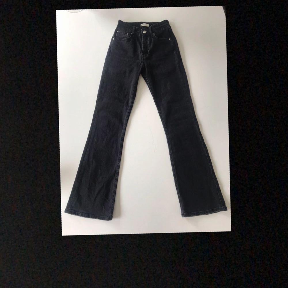 Svarta Bootcut jeans från Gina Tricot som endast är använda någon gång.                                                   Köparen står för frakten!. Jeans & Byxor.