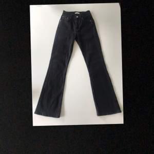 Svarta Bootcut jeans från Gina Tricot som endast är använda någon gång.                                                   Köparen står för frakten!