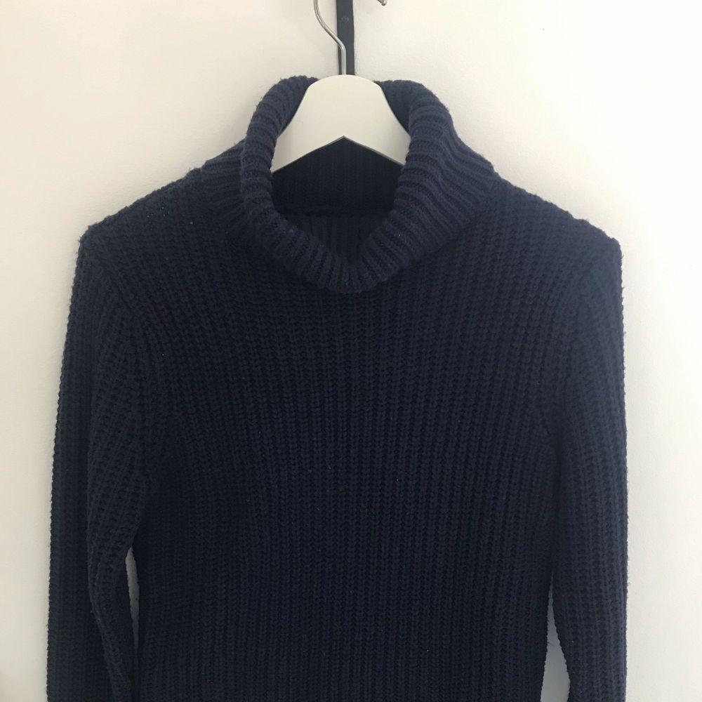 Stickad marinblå polotröja från Rut&Circle.                   Köparen står för frakten!. Tröjor & Koftor.