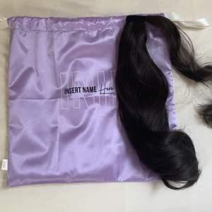 säljer min Bella ponytail extension från Insert Name Here 🤍 i färgen dark brown. första bilden är min, tredje bilden är tagen från deras instagram. nypris 400kr. säljer för 300kr då jag har använt den bara en gång och den är i perfekt skick, men kan tänka mig att gå ner i pris om det önskas.