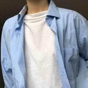 Ljusblå skjorta från tiger of Sweden använd ca 2ggr och ganska lång. Det är en herrmodell men funkar på alla! (se sista bilden). Frakt tillkommer 💌
