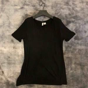 Fin t-shirt i 100% viskos med hög slits på båda sidorna 🌹 jag har en likadan i helvitt också✨ M men är som en S
