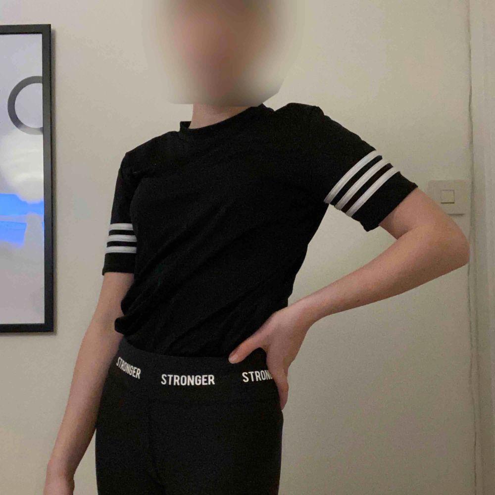 Adidaströja som man kan träna i och ha till vardags. Jag tror att det är barnstorlek men passar xs-s. Vill gärna frakta. T-shirts.