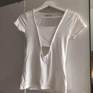 Vit T-shirt med hål under brösten, aldrig använd