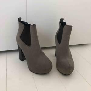 Skor inköpta för 2 årsen, då jag bott i Spanien sen 2017 har de bara legat i min garderob i Sverige och använts cirka 2-5 gånger när jag har varit hemma. Skorna är i väldigt fint skick!!  Mocka imitation, Klackhöjd: 9cm