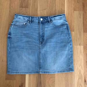Perfekt jeans kjol från hm använd 1 gång, super skönt material