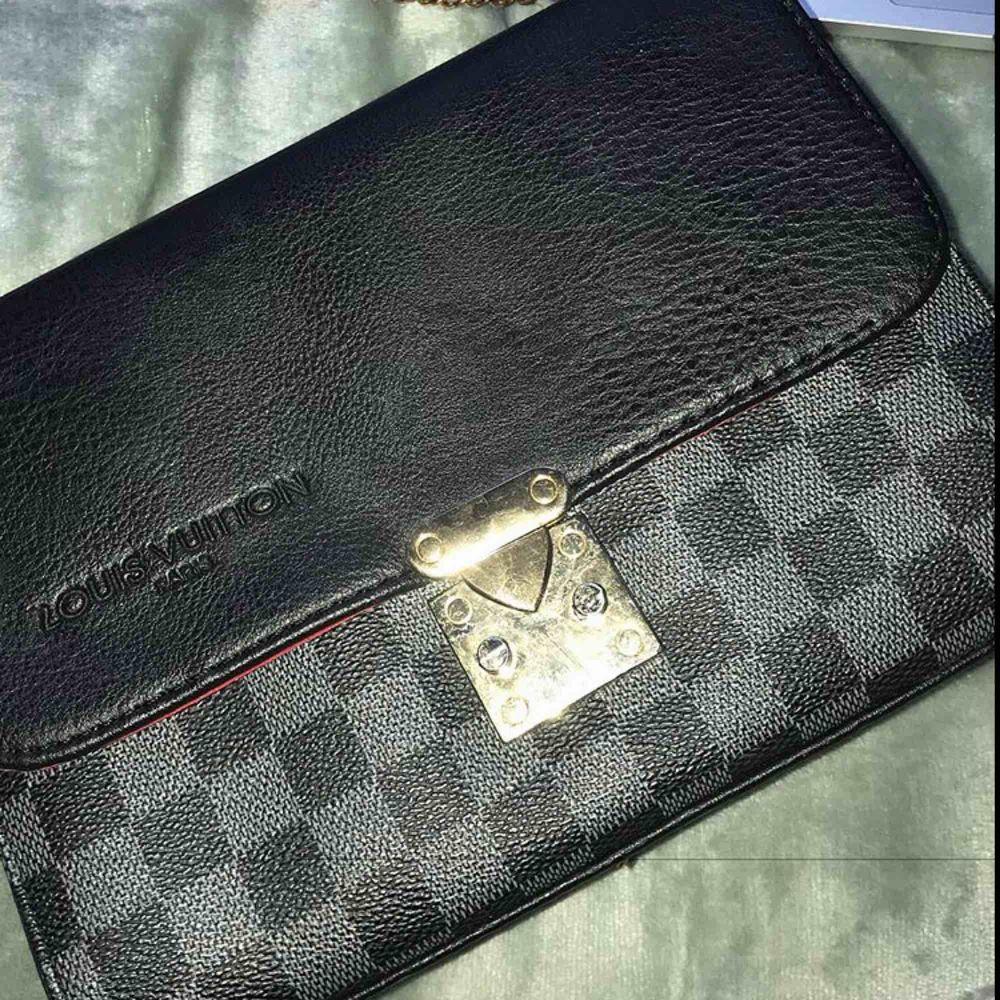 Louis Vuitton axelväska . Väskor.