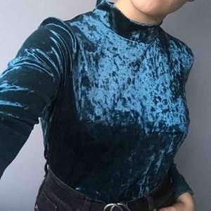 Helt oanvänd! En blå-grön tröja i mysigt material som är så gott som ny då den aldrig är använd. Är i storleken L men skulle säga att den passar både som medium och large. Köparen står för frakten⛄️💗