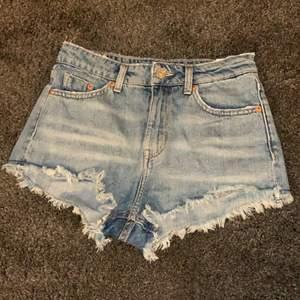 Ett par jätte snygga Hm shorts i storlek 34!