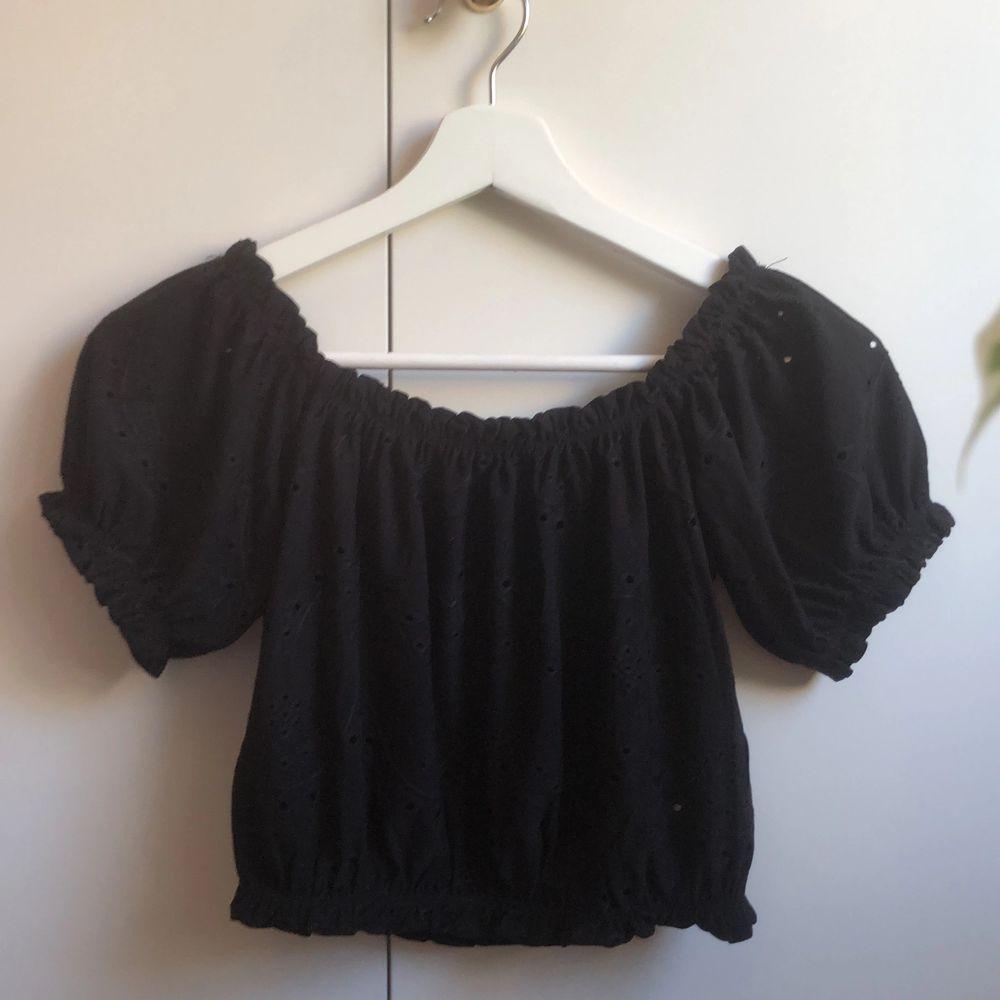 Det är en turn off shoulder top som jag nyligen köpt ifrån Gina Tricot. Tyvärr så är den för liten för mig vilket är anledningen till varför jag säljer den. Den är sparsamt använd i färgen svart och storleken XS. Betalning sker via swish.. Toppar.
