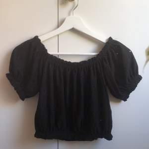 Det är en turn off shoulder top som jag nyligen köpt ifrån Gina Tricot. Tyvärr så är den för liten för mig vilket är anledningen till varför jag säljer den. Den är sparsamt använd i färgen svart och storleken XS. Betalning sker via swish.