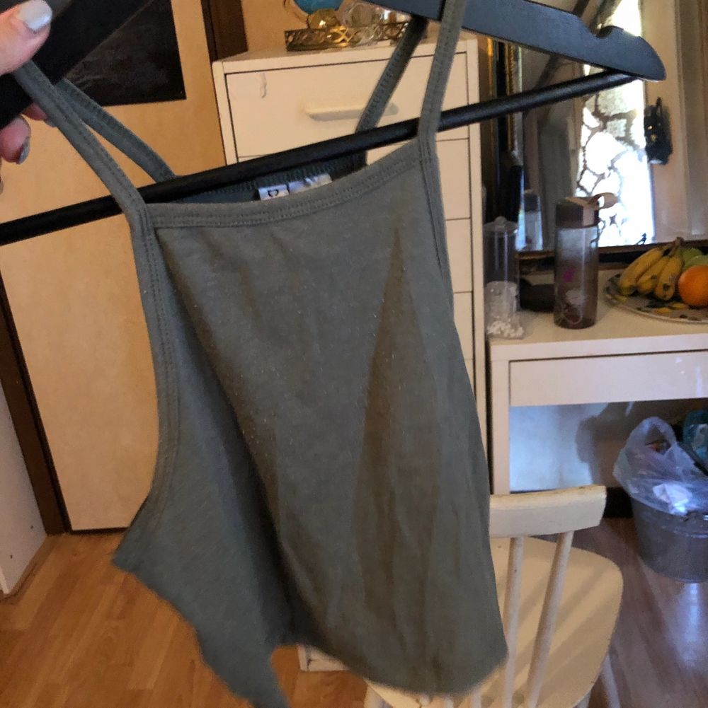 Fint grönt linne med halterneck. Svårt att visa upp på bild dock😅 Köparen står för frakten☺️. Toppar.