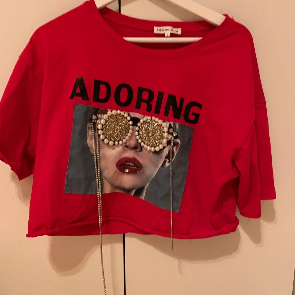 Röd cropad t-shirt från boohoo med tryck. ❣️ skriv i chatten för frågor/ fler bilder! . T-shirts.
