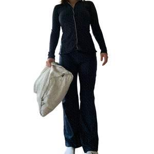 Superskönt och stretchigt set, byxorna ger fin form och desamma för tröjan. Tröjan har knappar! En snabb affär uppskattas 💜