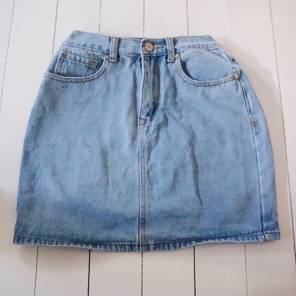 Snygg jeans kjol som sitter som en smäck. Framhäver verkligen kurvor och sitter precis som man vill att en kjol ska sitta. Inte sliten det minsta. Den matchar verkligen till allt men passar så fint till den rosa toppen som jag säljer.💕pris diskuteras . Kjolar.