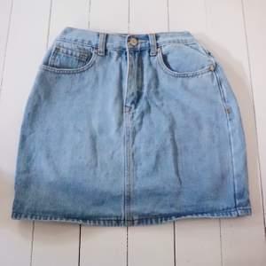 Snygg jeans kjol som sitter som en smäck. Framhäver verkligen kurvor och sitter precis som man vill att en kjol ska sitta. Inte sliten det minsta. Den matchar verkligen till allt men passar så fint till den rosa toppen som jag säljer.💕pris diskuteras