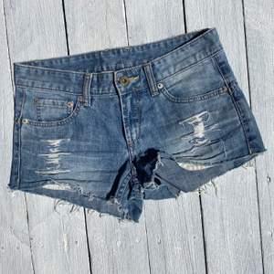 Ljusa jeansshorts med snygga slitningar framtill✨